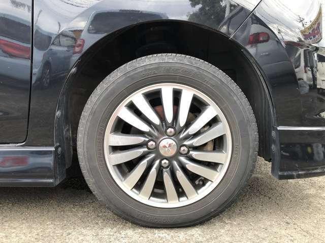 タイヤは純正14インチAWにノーマルタイヤをはいており、タイヤ山はおおよそ各5分山程度、タイヤサイズは165/65R14となります。 スペアタイヤは新車時からもともとついておらず、パンク修理キット積み