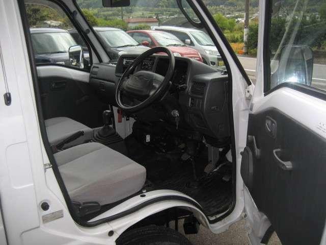 運転席からの画像です。エアバックもついております。保証は一年になりますので安心してお乗りいただけます。