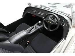 オプションのヒーター。MOMOステアリング、12Vソケット増設済。ETC車載器も装着しております。禁煙車。シート等大きな傷みはありません。