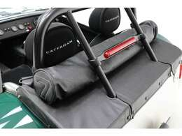 オプションのフードバッグ付き。幌(ソフトトップ)を丸めてバッグに収納可能。トランクの上に置けます。