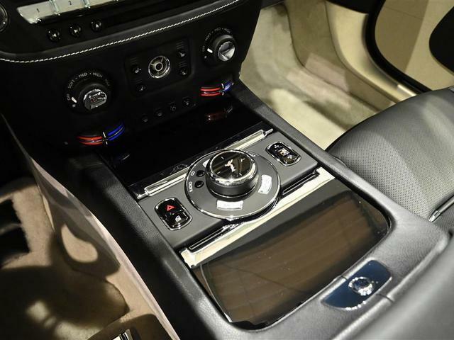 ハザードスイッチ、車高調整スイッチ、などが並びます