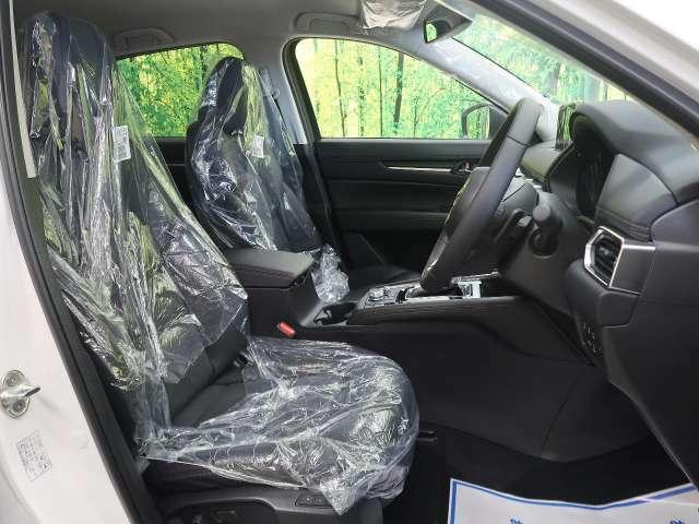内装はハーフレザーシートで高級感も有り、シートのクッション性もよくロングランでもしっかりとサポートしてくれます!