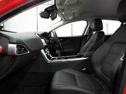 14way可動式レザーシート(157,000円)も装備されており、長時間の運転でも疲れにくいグレインレザーシート。