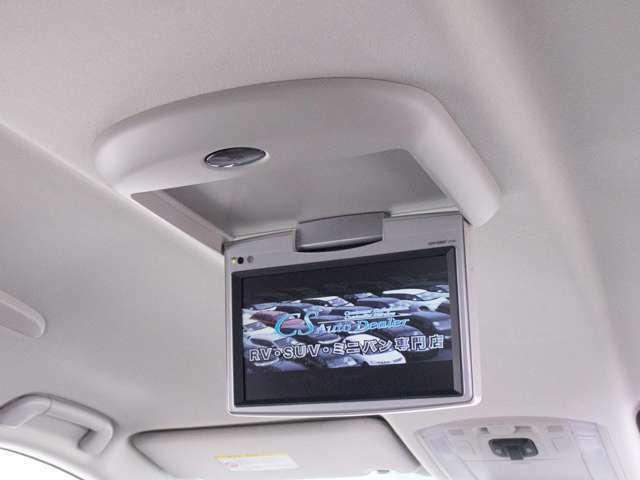 人気装備のリアモニターシステムを装着!ワイド画面のフリップダウンモニター搭載!!後席にお乗りになる方やお子様も快適にお過ごし頂けます!!