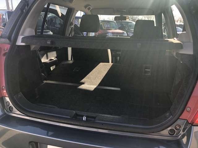 後席を倒せば広い荷室として使うことも可能です。