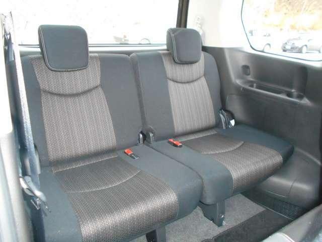 3列目シートはリクライニング機能付きでゆったり座れます。