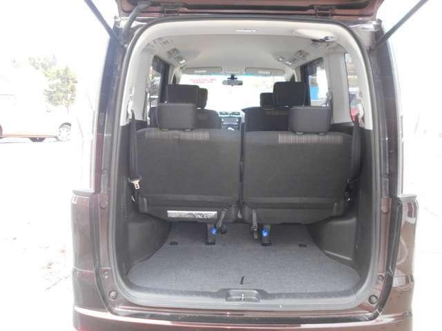 ラゲッジスペース  通常時  シート足元の青いストラップを引くことで簡単にシートを跳ね上げられます。