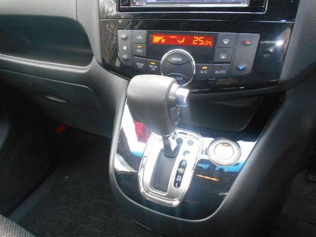 空調はオートエアコンで快適です♪ 後席にも空調スイッチが御座います。 プッシュエンジンスタートシステムなのでカギを鎖さずにエンジンスタート!