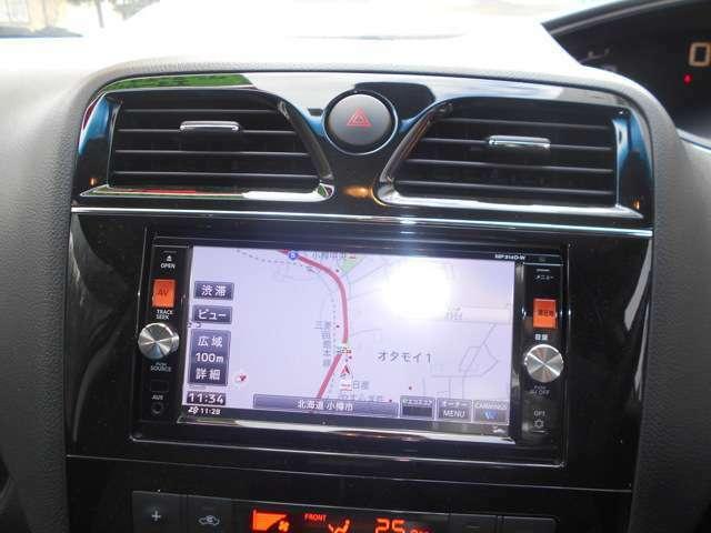 ナビはメモリーナビを装備。 バックカメラ・フルセグ・CD/DVD再生・Bluetooth接続等の機能が付いております。