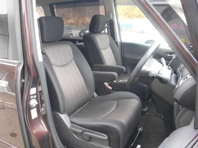 運転席&助手席 ・両シート共にアームレスト(肘掛)を装備。 運転席にはシートリフター(高さ調整機能)付きなので身長に関係無く運転しやすいポジションがとれます。
