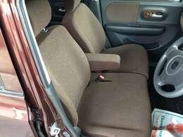 ベンチシートで足元広々、ひじ掛けも付いて運転もラクラク♪バックも置けて便利です^^