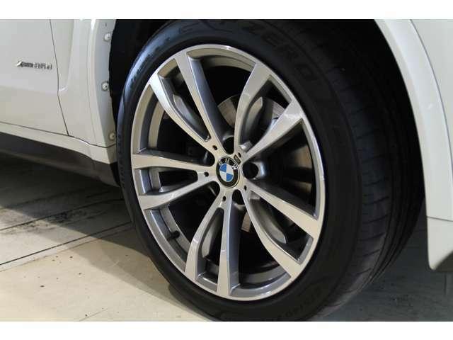 純正20インチホイールが装着されております。タイヤサイズはフロントが275/40R20、リアが315/35R20でございます。