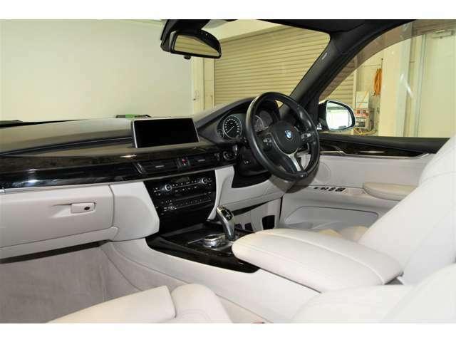 サンルーフと明るい内装カラーで車内はとても開放的です。