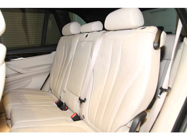 後席は頭上も広く開放的でゆったりと乗ることもできます。また後席にもシートヒーターが装備されております。