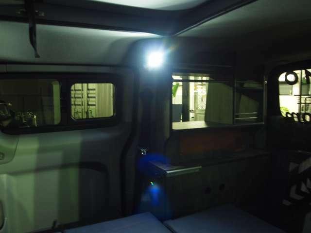 スポットライトで就寝時も室内明るく、手元も照らせます。