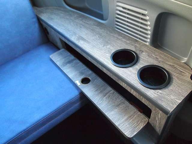 リビングモードで使えるカップホルダー×2。食事の際も困りません。
