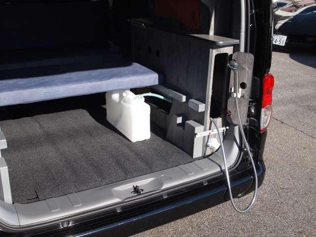 小型シャワー搭載!砂や泥を車内に持ち込まない!手足にも、道具の汚れにも。