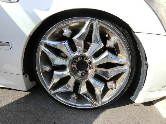 外品20インチAWですこのお車によく似合っていますねタイヤは3分山くらいです。