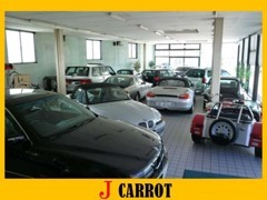 当店はガラス張りのショールーム内にもお車を展示しております!天気の悪い日や寒い日でもじっくりお車を見て頂けます!