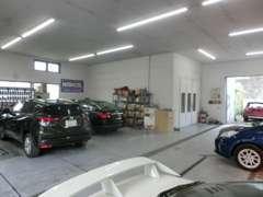 全車両入庫時に自社認証工場にて当社整備士によって隅々まで点検、整備したのち展示しております。
