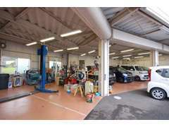 ダイハツ車の販売だけでなく、ダイハツ車専門の認証工場を併設しておりますので、カーメンテナンスもお任せください!