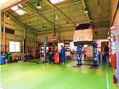 広々とした整備工場は複数台のお車を同時に扱える事が出来ます☆「なるべく早く安全に」お返しする事が大切だと考えています。
