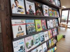 待ち時間には新車のカタログや雑誌をご覧いただけます☆ファッション誌から生活・旅行雑誌・週刊誌や絵本まで取り揃えています☆