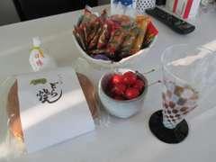 季節の果物や、お菓子、美味しい挽きたてのコーヒーやドリンク等を用意してお待ちしております♪何が出るかはお楽しみ♪
