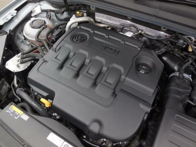 2.0L TDIエンジン。コモンレール式燃料噴射システムと可動式ガイドベーン付ターボチャージャー、低圧EGRシステムを採用しディーゼルならではのトルクフルな走りに加えてクリーンな走りを実現しました。