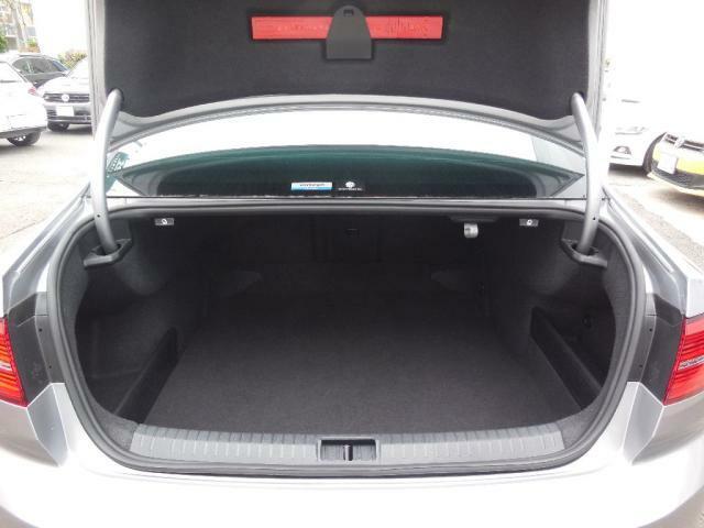 トランクルームの容量は586L。後席は分割可倒式シートを採用しトランクスルー機能も装備。セダンとしては異例のさまざまな荷室アレンジができます。