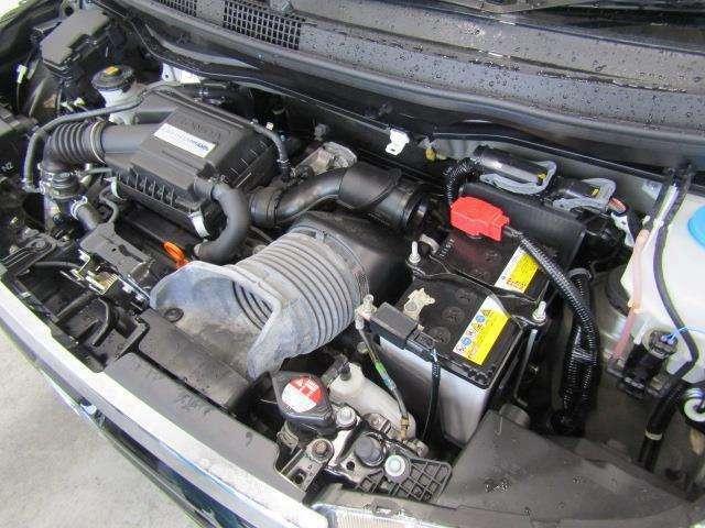ガソリンターボエンジンです。エンジンルームはボンネット裏からヒンジの奥まで油汚れを除去しています。