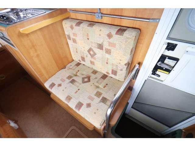 エントランス横には一人掛けシートもございます!