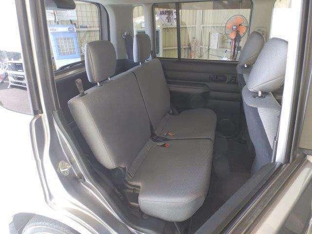 後部座席はシートも足元も十分な広さがありますね!