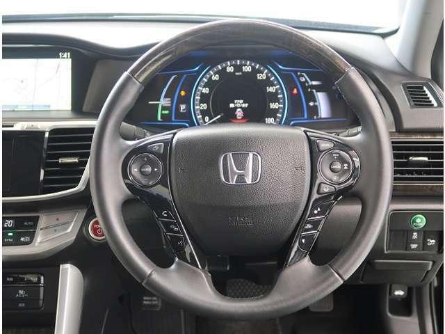 運転中ハンドルから手を放さなくてもオーディの操作ができちゃうステアリングスイッチ付きで~す♪