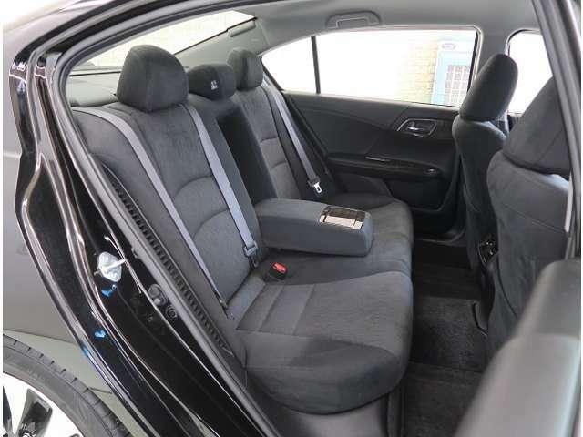 リヤシートはアームレストがついてドライブも快適ですよ