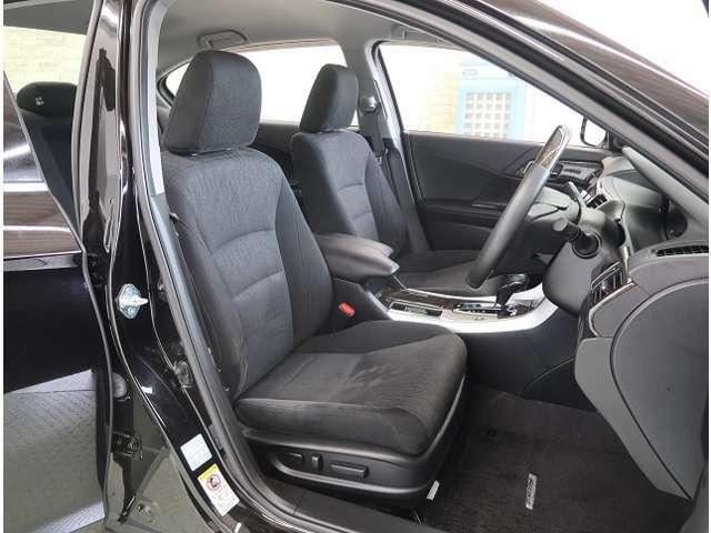大きなフロントシートでゆったりとドライブ、長距離運転も疲れません♪電動シートアジャスターも付いているのでお好みでドライビングポジションを選べます。