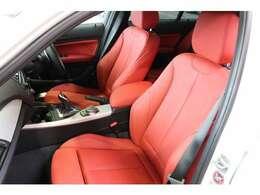 赤革シートにシートヒーター完備、とても綺麗な状態でヘタリもございません。