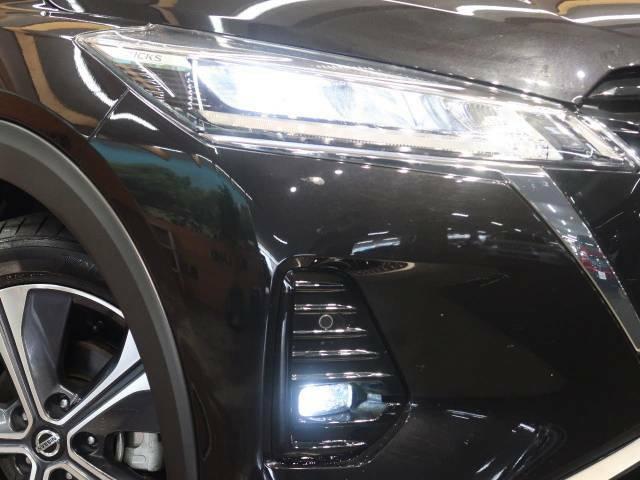 【LEDヘッドライト】悪天候や夜間走行時も良好な視界を確保し安心して運転できる高輝度LEDヘッドライトを装備!点灯速度が早く、消費電力も抑えられています。
