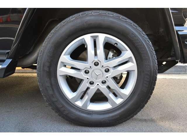 純正シルバーペイント18インチ5ツインスポークアルミを装着しております! タイヤは、ブリヂストンとなり、サイズは前後共に 265/60R18 となっております! ガリキズなども無く綺麗な状態です!