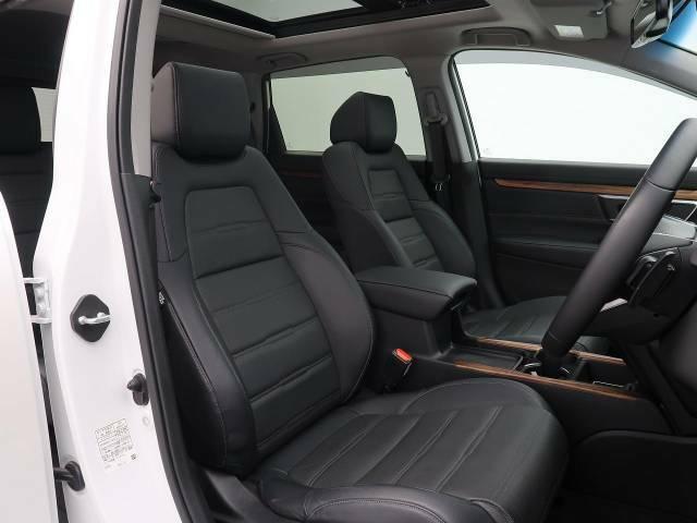 【レザーシート】汚れのふき取りが容易でメンテナンスもが簡単な、機能性に優れる合成皮革を採用した上質なシートです。座り心地もよく、高級感あふれる心地良い車内空間を演出してくれます。