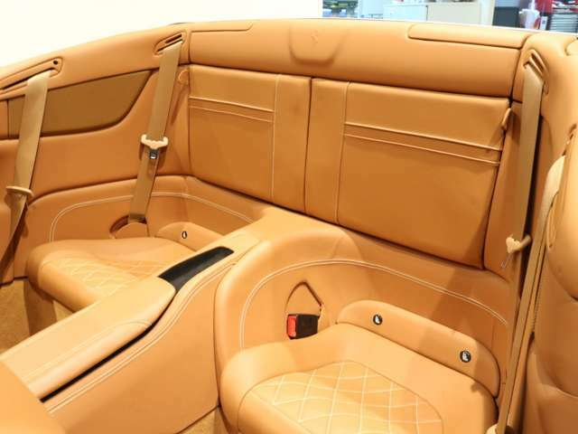 リヤシートも使用感が少なくきれいな状態を保っております。ちょっとしたお荷物を乗せたり、マルチにお使いいただけます。