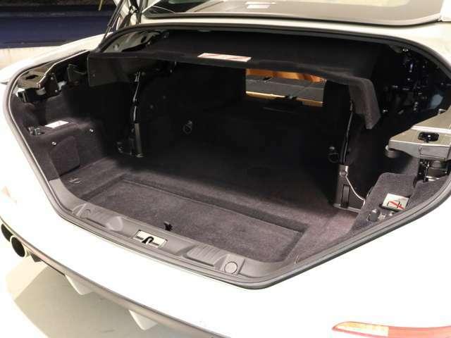 リヤのトランクスペースは、リヤシートを倒すと長いお荷物が詰めるトランクスルーにできます。