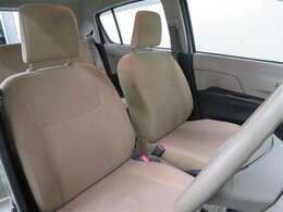 運転席と助手席はシートを外して徹底的に洗浄! これがまるごとクリーニングの魅力です。清潔感のあるおクルマは、乗っていて気持ちがいいですね♪