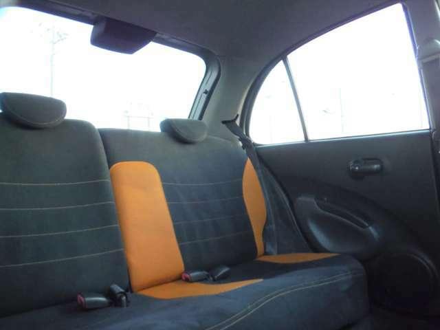リアシートも黒/オレンジツートンメッシュシート。イザという時、オトナ5人が乗れるコンパクトスポーツ。コロナが落ち着いたら友達とドライブ行きたいよね♪友達居ない?なら「お犬様」と行け♪♪