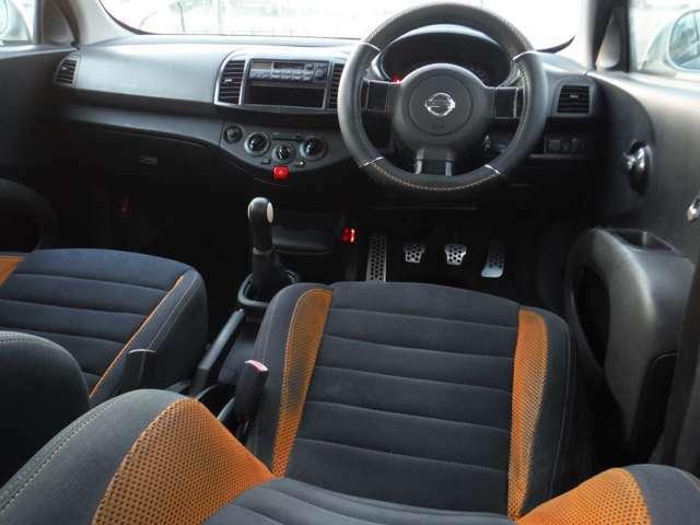 このシートカラー、BMWで言えば「インディビジュアル」な仕立て。ステアリングは経年劣化による痛みには逆らえず社外のカバー付き。今さらサーキット走るなら不満も出るがフツーに乗るなら許せると思います。