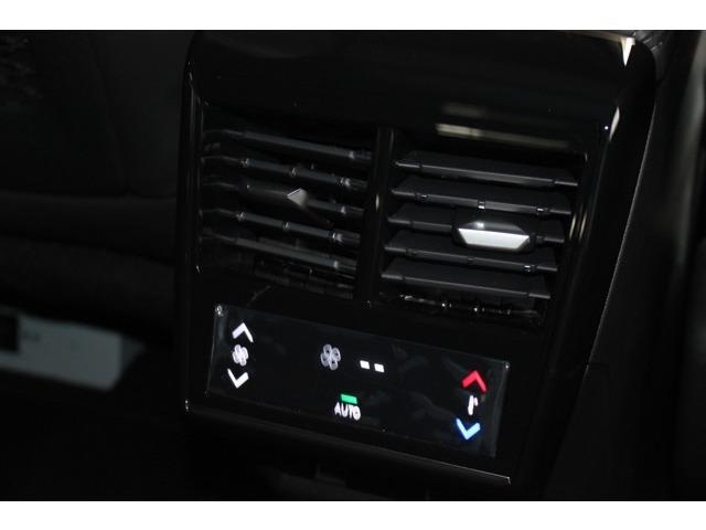 後席は独立してエアコンの温度調整が可能です。