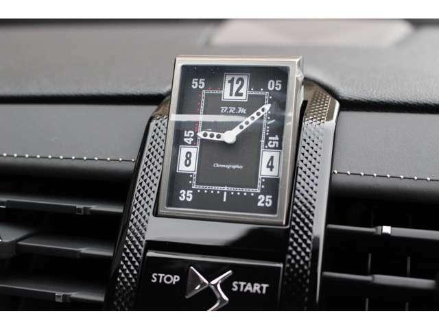 高級時計メーカー『B.R.M』製のアナログ時計がイグニションオンと同時に現れます。