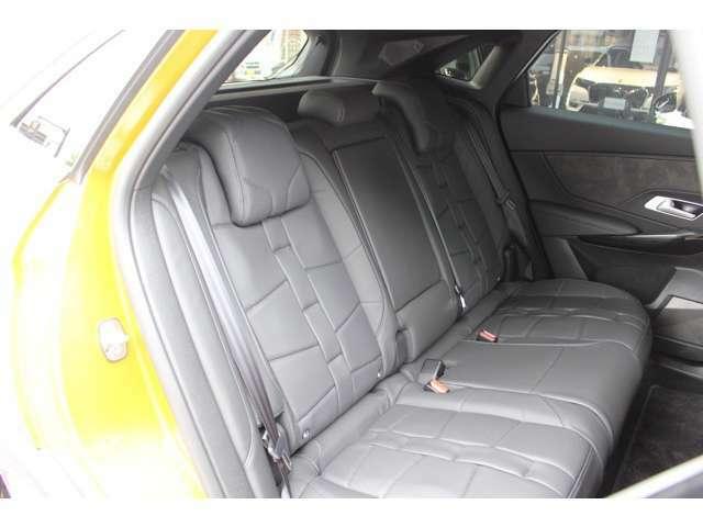 パノラミックサンルーフ/OPERAと名付けられたナッパレザー(パールステッチ)内装などのパッケージ装着車です。