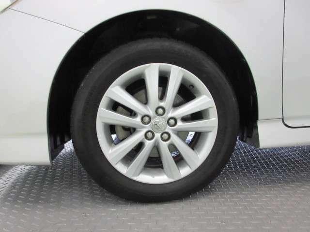 純正アルミホイールが良く似合ってます。タイヤサイズは195/60R16です。