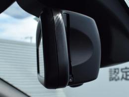 自動防眩機能付きルームミラーはETC機能を装備。ETCカードは側面から挿入でき、見た目にも機能的にも優れています。DSRC対応車載器となり、綿密な交通情報の取得を行いルート案内の精度が向上しました。